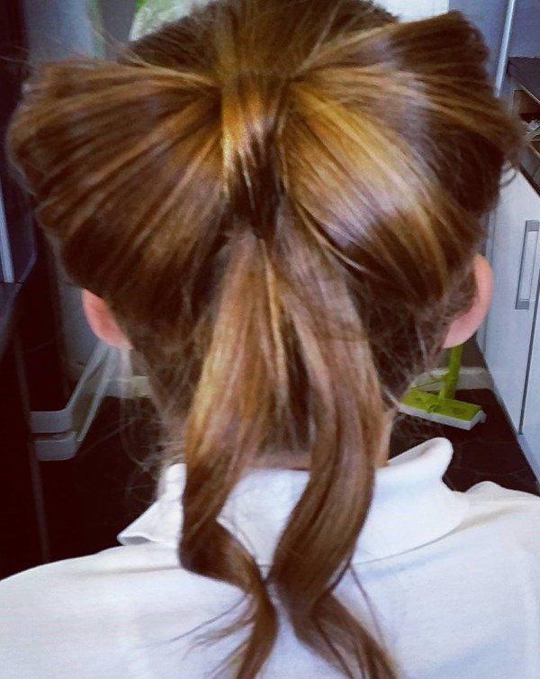 бант из волос с выпущенными локонами