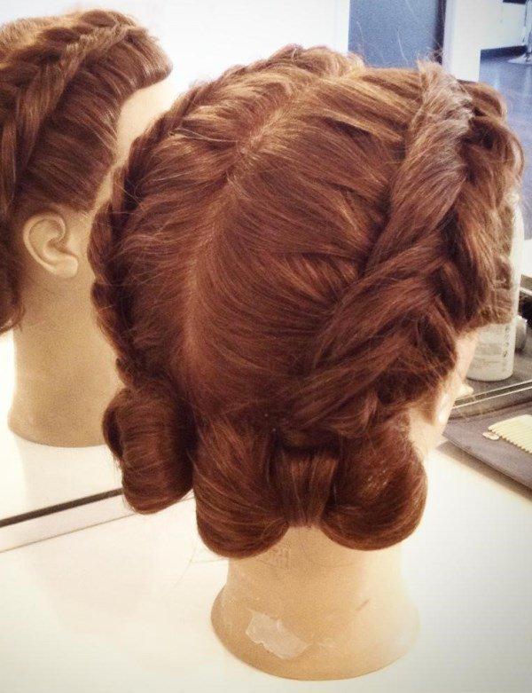 причёска с косами и 2 бантами из волос