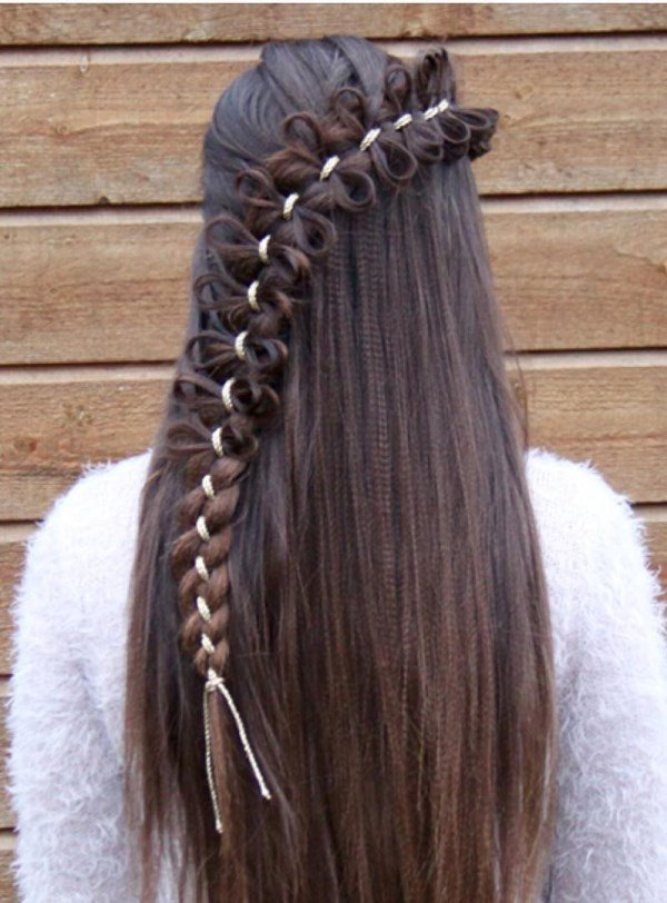 французская коса с маленькими бантами из волос