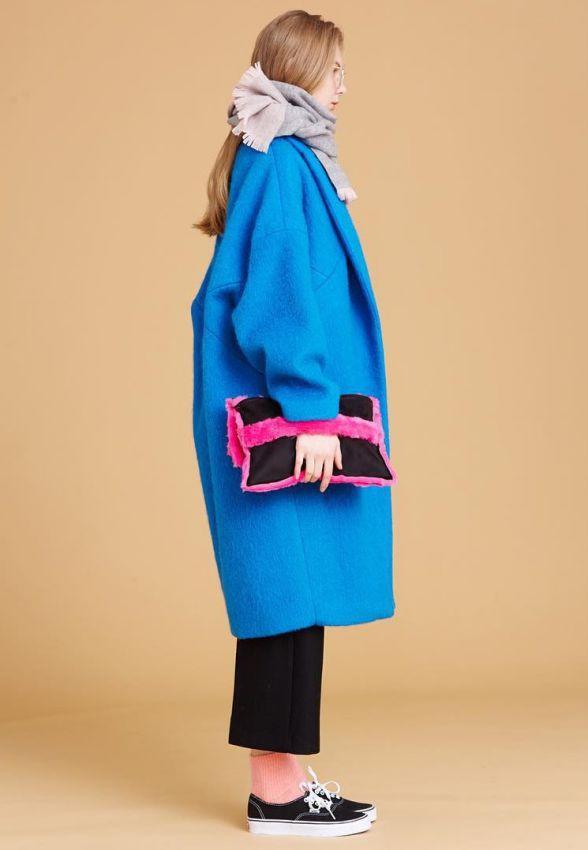 с чем носить синее пальто оверсайз лук