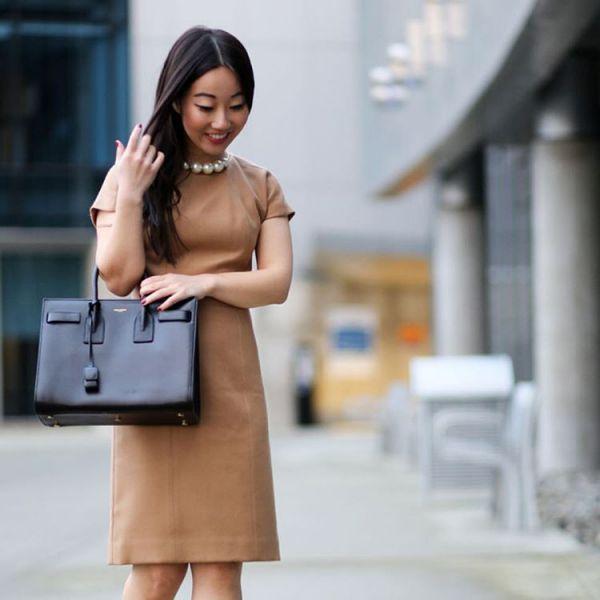 офисное платье футляр с черной сумкой