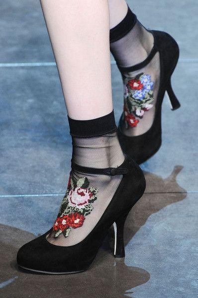 черные носки с вышивкой