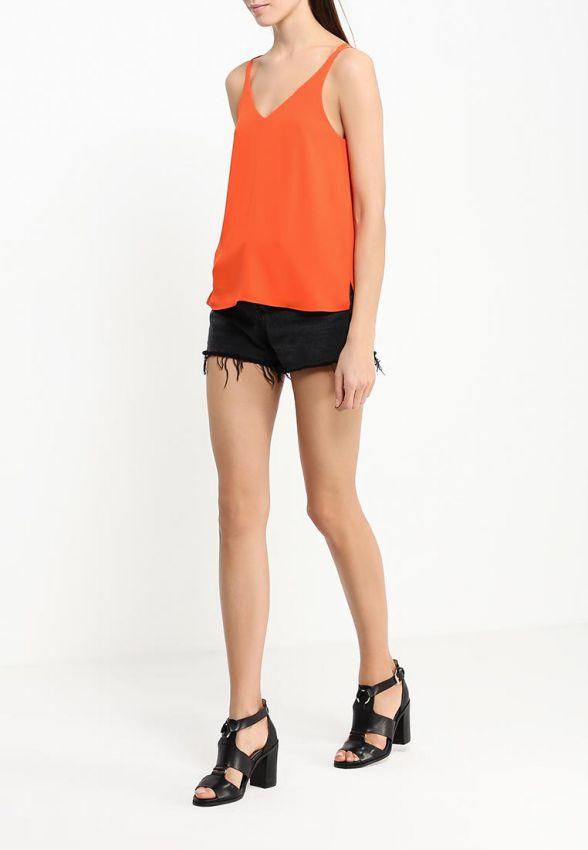 оранжевая стильная майка на лето с черными шортами лук
