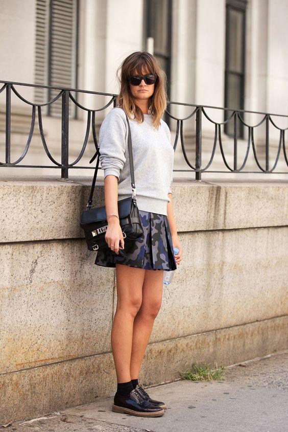 однотонный серый свитшот с юбкой мини и сумкой на плечо