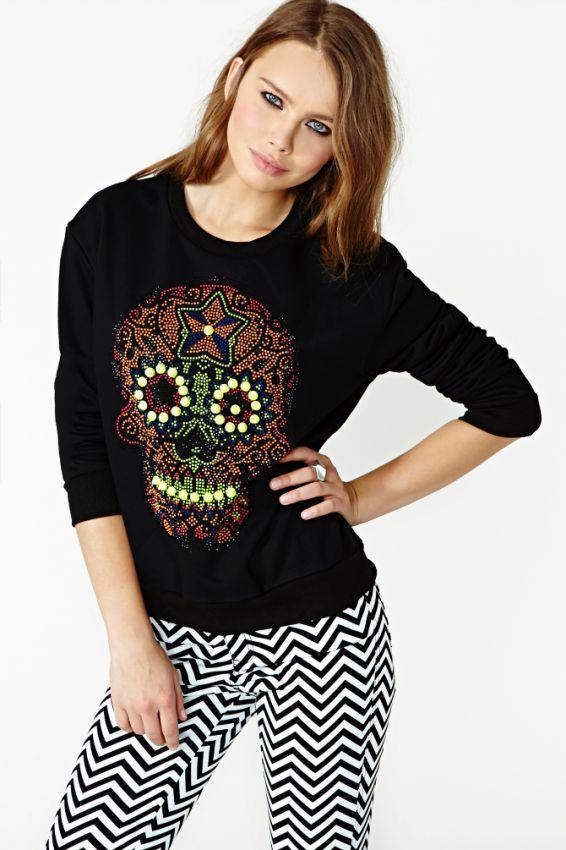 черный женский свитшот с черепом