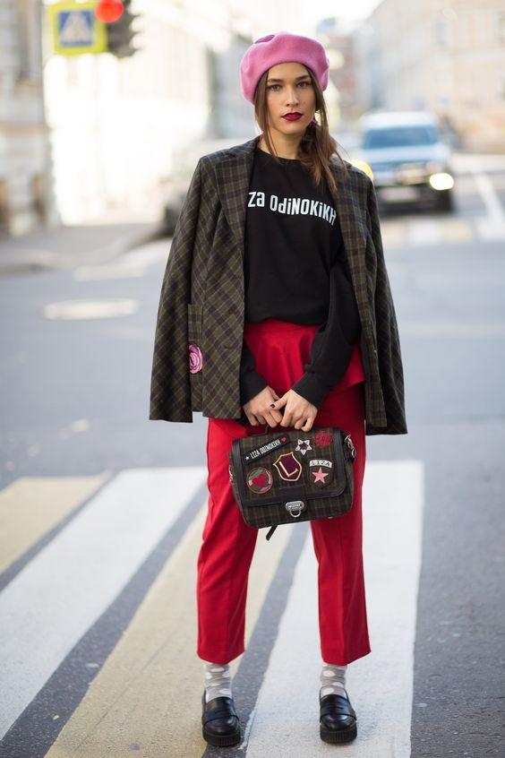 стильный свитшот с красными брюками фото