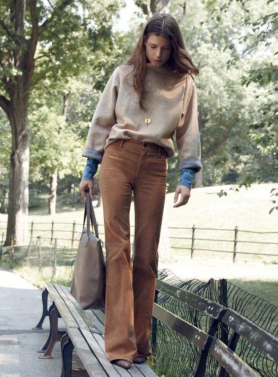 свитшот на рубашку с коричневыми брюками