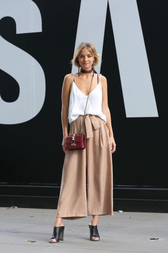 модные женские брюки юбка с белой майкой