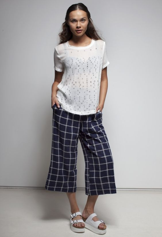 женские брюки кюлоты с футболкой с буквами