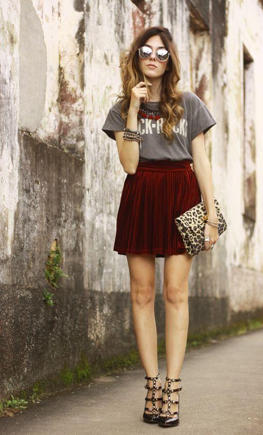 бордовая мини юбка плиссе с футболкой и клатчем