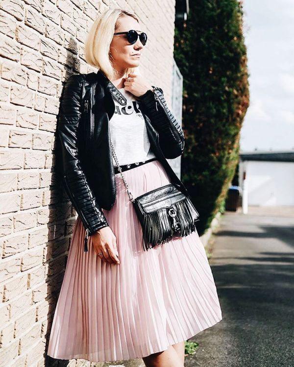 с чем носить плиссированную юбку миди - кожанка, сумка и очки