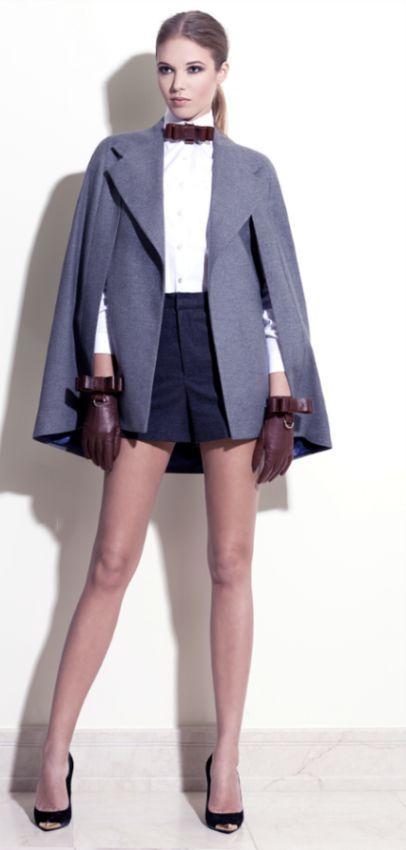 прямое драповое пальто без рукавов стильный образ белой блузкой, черной короткой юбкой и перчатками