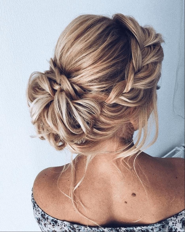 низкий пучок дополненный косами