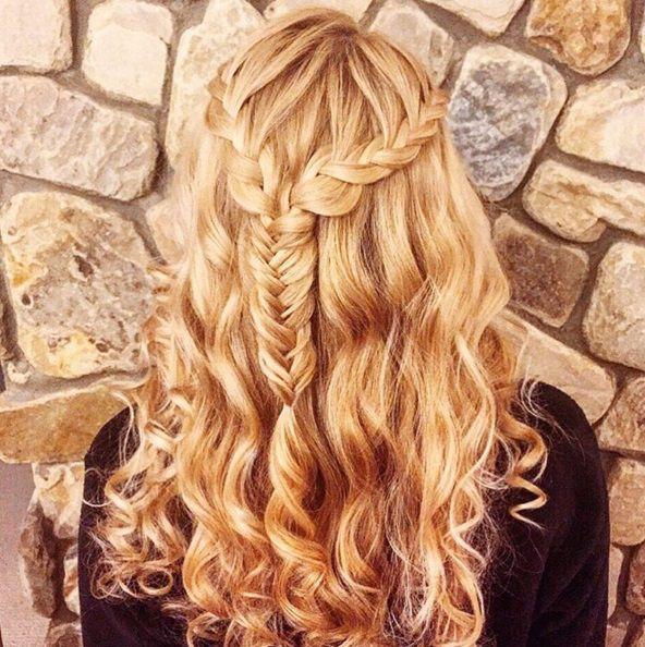 прическа с элементом косы и распущенные волосы