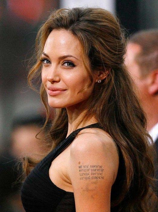 легкая прическа Анжелины Джоли