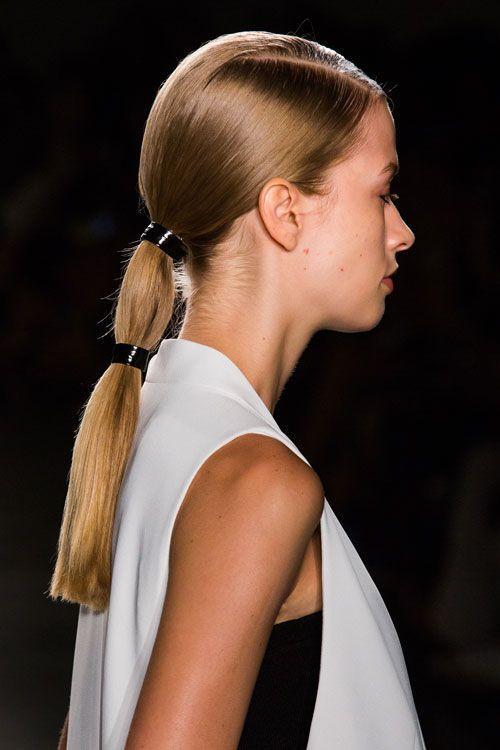 хвост из волос с двумя резинками