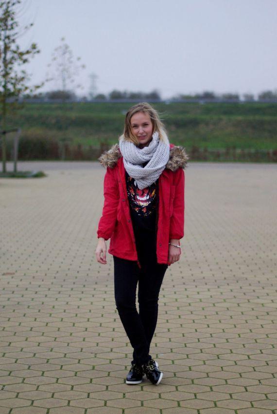 красная парка с шарфом