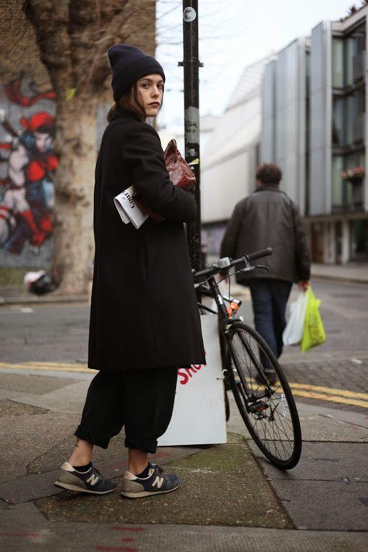 стильное черное женское пальто с шапкой бини и кроссовками