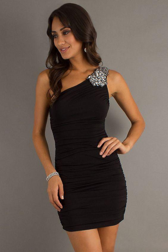 черное маленькое платье-футляр на одно плечо