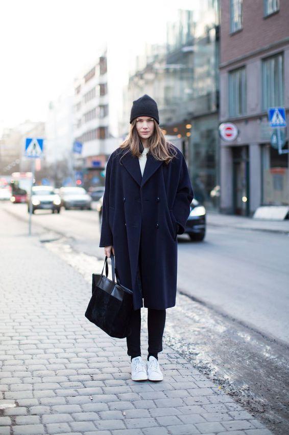 женские пальто oversize с кроссовками лук