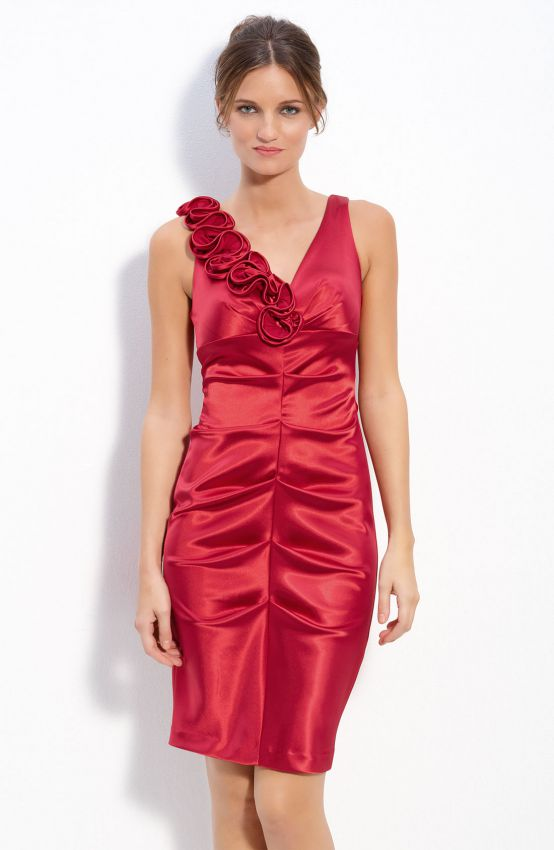красное платье футляр из атласа