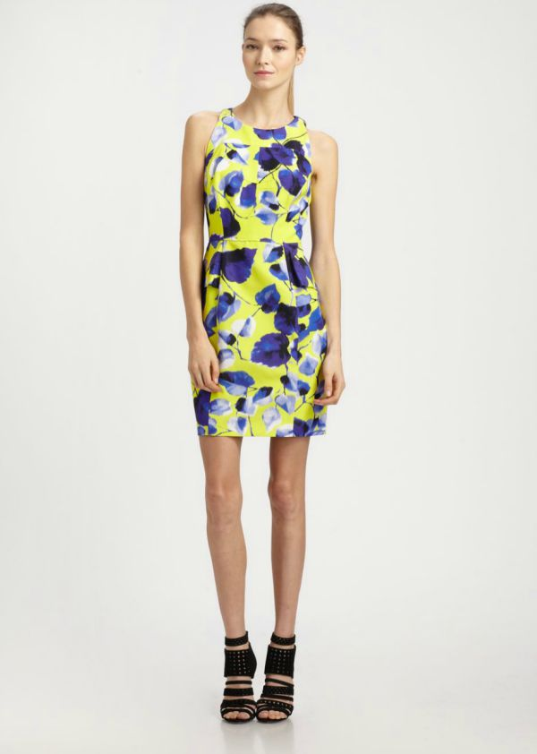 летнее цветное платье футляр с цветами
