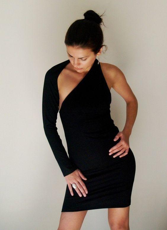 маленькое черное платье футляр на одно плечо с одним рукавом