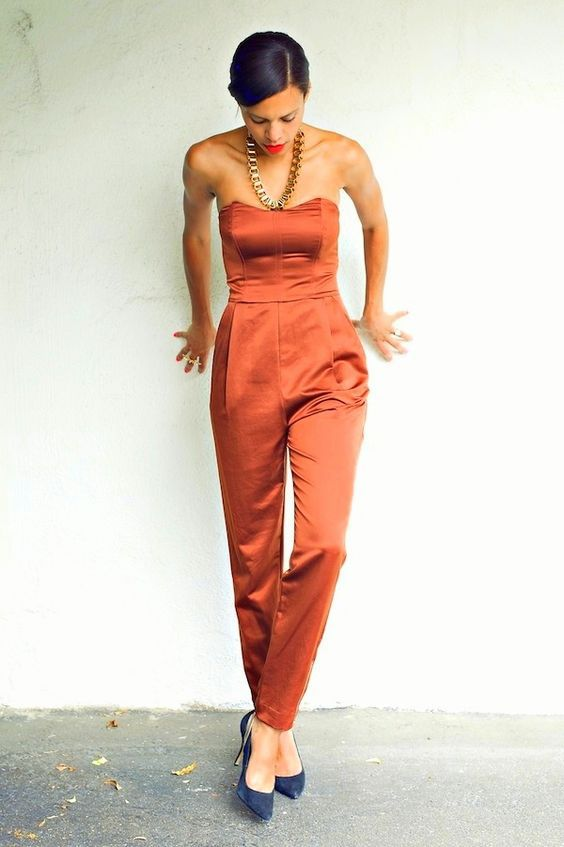 женский красный летний комбинезон из атласа с открытыми плечами