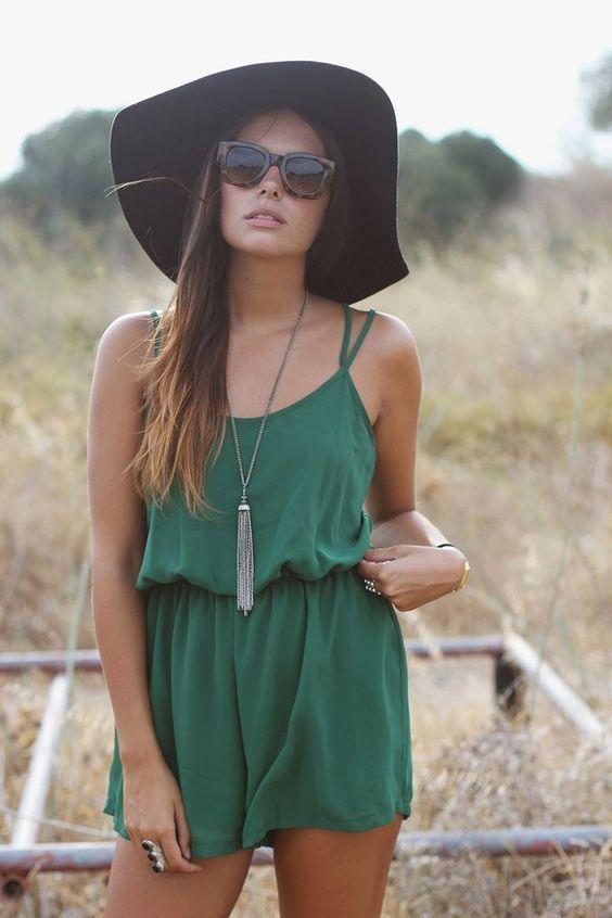 зеленый однотонный комбинезон со шляпой модный образ