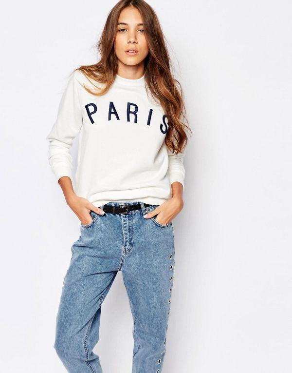 белый свитшот с надписями и джинсами бойфрендами
