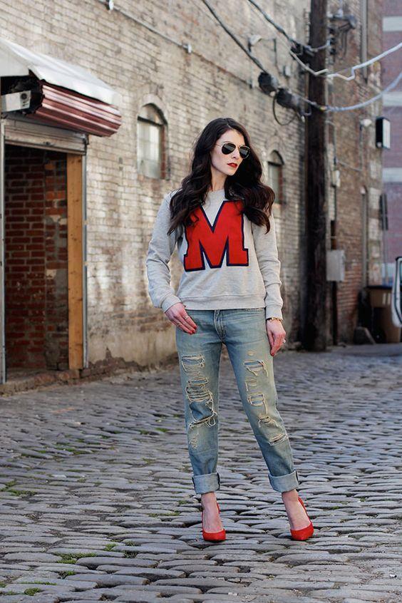 серый свитшот с буквой и классическими джинсами