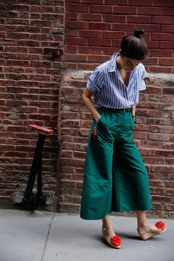 стильные зеленые женские кюлоты брюки с рубашкой в полоску