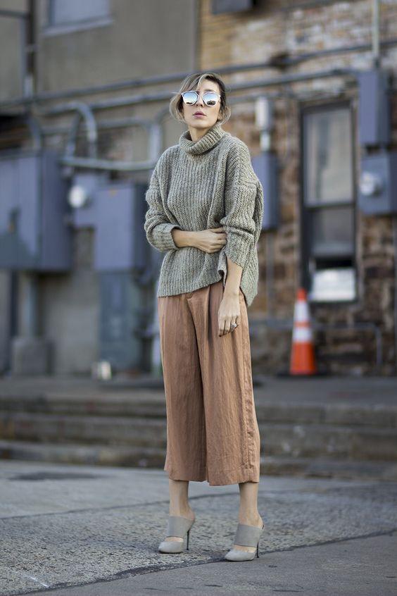 модные кюлоты штаны с серым свитером лук 2019 года