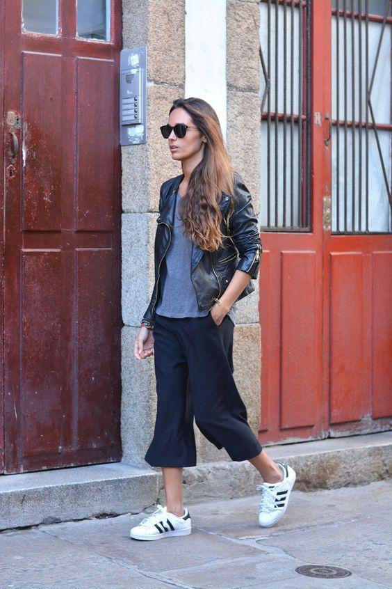 черные кюлоты штаны с черной косухой и кроссовками фото