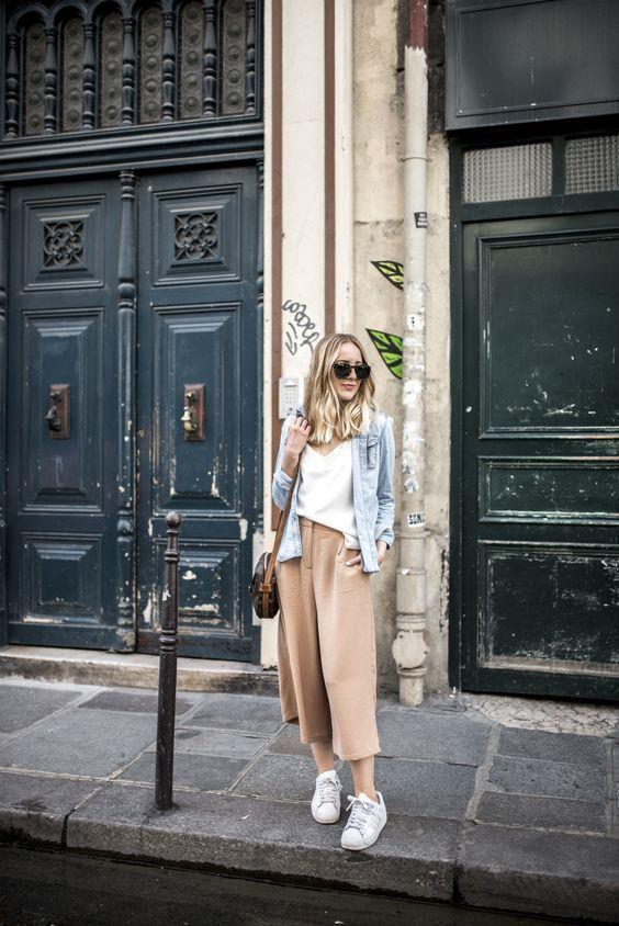 прикольные женские юбка-брюки с белой футболкой и курткой из денима