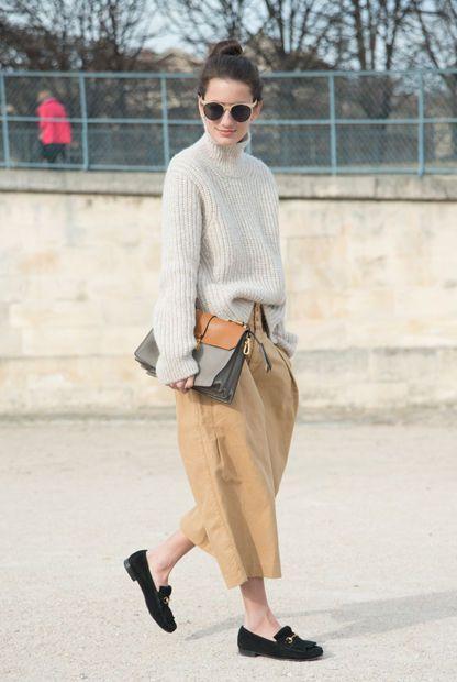 кюлоты с свитером и обувью на плоском ходу