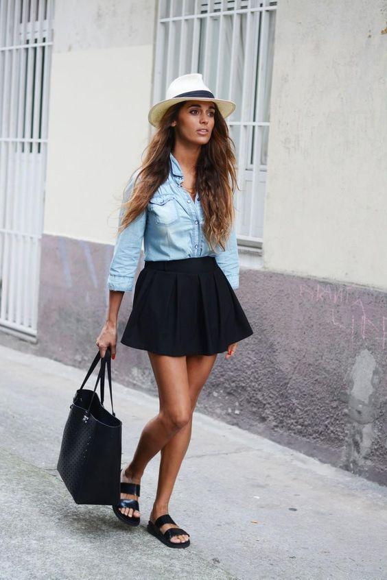черная мини плиссированная юбка с джинсовой рубашкой фото