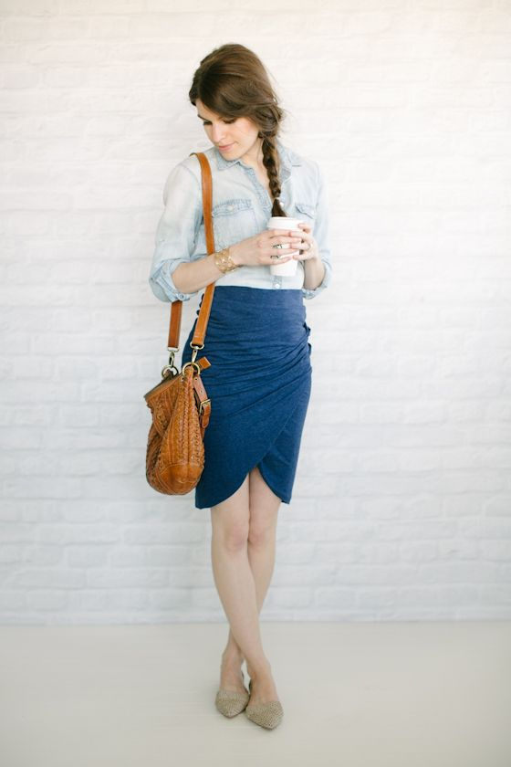 синяя юбка-тюльпан лук с джинсовой рубашкой