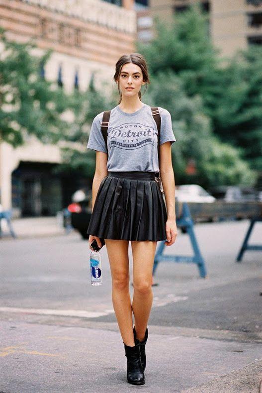 кожаная юбка плиссе лук с футболкой и ботинками