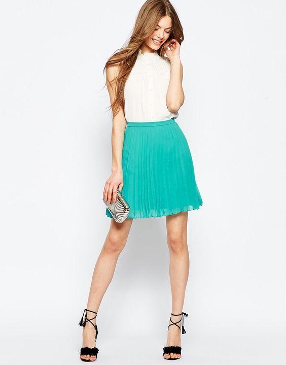 бирюзовая плиссированная юбка с клатчем и белый верх