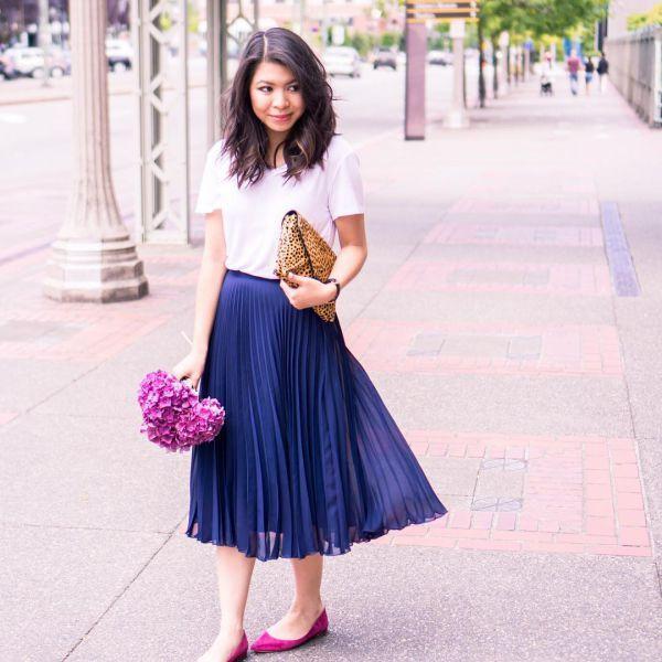 синяя плиссированная юбка миди фото с белой футболкой