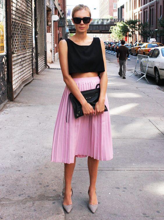 сиреневая юбка-плиссе с черным топом лук