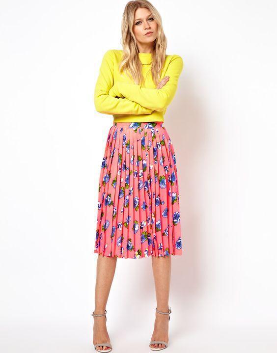 принтованная розовая юбка в складку с желтым топом
