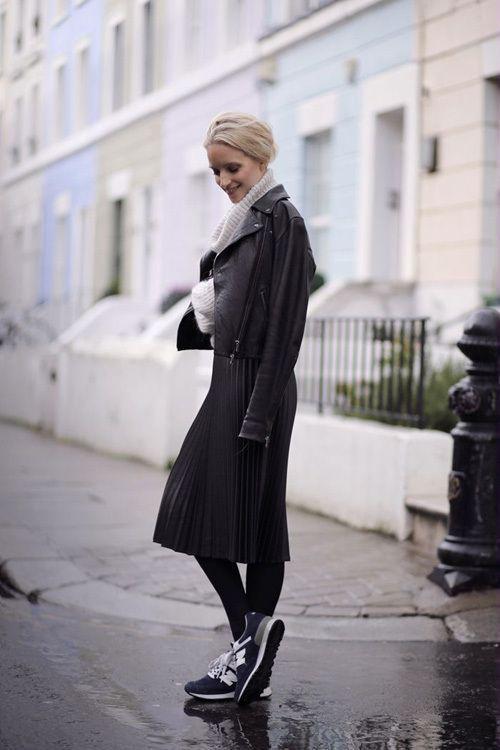 черная юбка-плиссе средней длинны с кроссовками и кожанкой